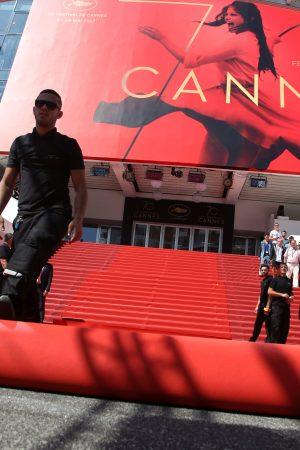Tapis Rouge en train d'être installé lors du 70ème Festival International du Film de Cannes